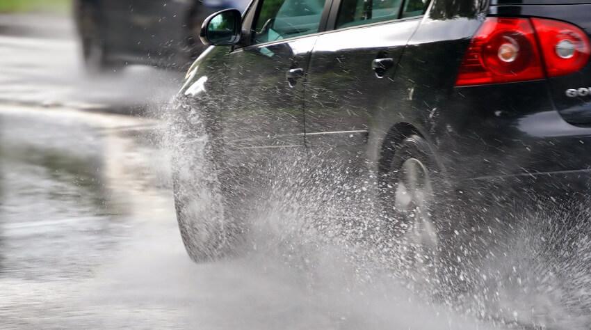 управление авто в условиях сильного аквапланирования